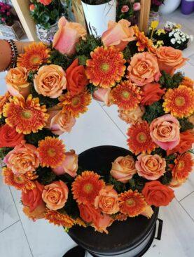 Coroana funerara flori portocalii si lichieni