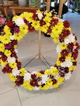 Coroana funerara din crizanteme pe burete cu suport