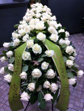 Aranjament sicriu cu trandafiri albi