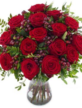 Buchet de toamna cu trandafiri rosii si hypericum